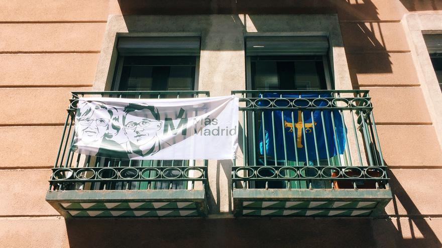 Balcones con banderolas de Más Madrid