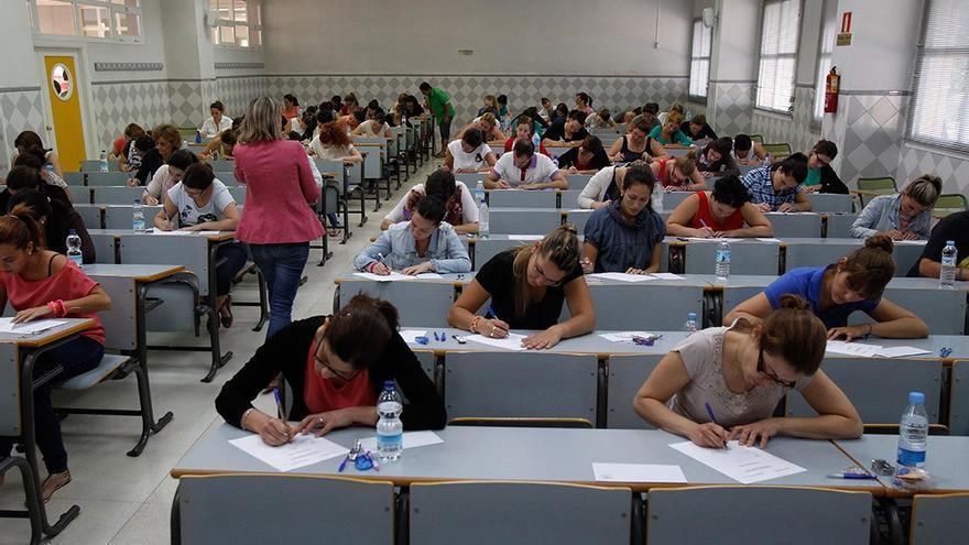 Opositores durante un examen de oferta pública de empleo (Twitter).