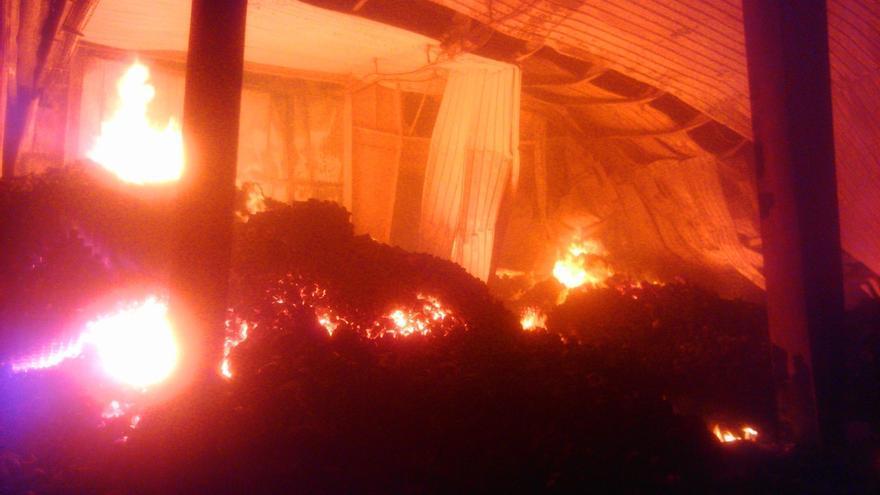 Un incendio destruye un almacén de la empresa Iberembal, de San Adrián, sin provocar heridos