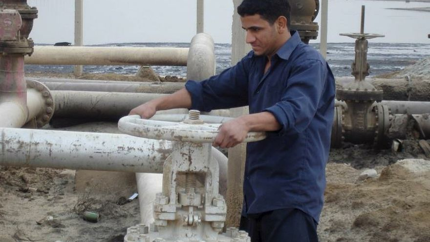 Un obrero trabaja en un oleoducto de una refinería del pueblo de Umm Quasar en Basora, Irak.