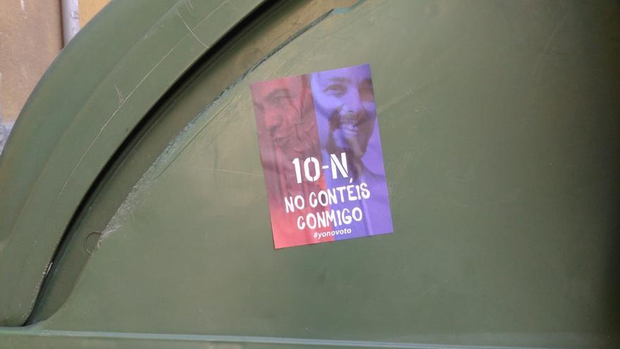 Pegatina de la campaña #Yonovoto en un contenedor de la calle Princesa donde tiene la sede el PSOE / Héctor Castilla