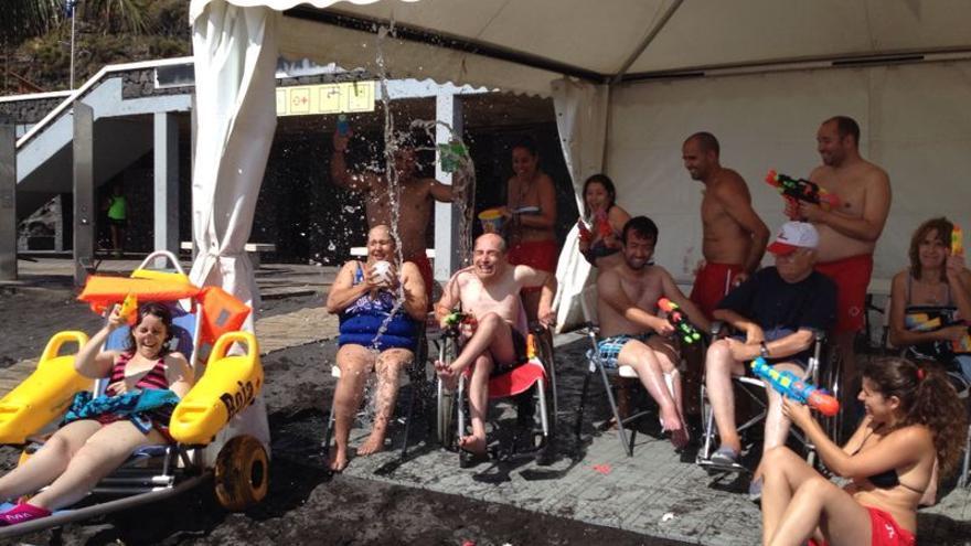 En la imagen, personas con discapacidad disfrutando de una jornada de playa.