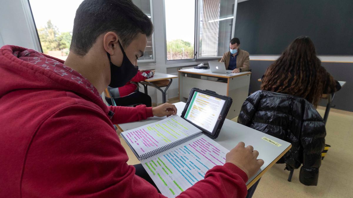 Un alumno de secundaria utiliza una tablet en clase del colegio Reina Sofía de Totana este jueves. EFE/Marcial Guillén