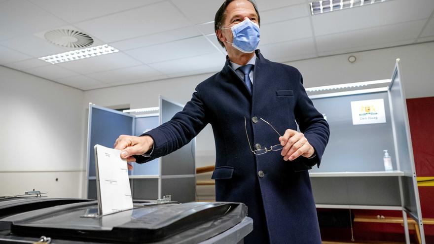 """Rutte vota """"orgulloso de lo logrado en los últimos años"""" en Países Bajos"""