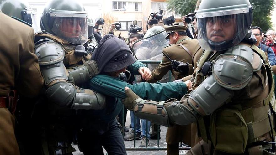 """Detenidos y heridos leves frente al Congreso de Chile tras la llegada del """"Bus de la Libertad"""""""
