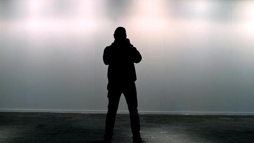 Un fotógrafo retrata la pared vacía donde estaba la obra de Sierra