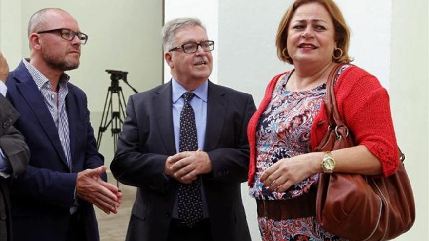 María del Carmen Castellano, alcaldesa de Telde, junto a José Miguel Bravo de Laguna (c), presidente del Cabildo de Gran Canaria.