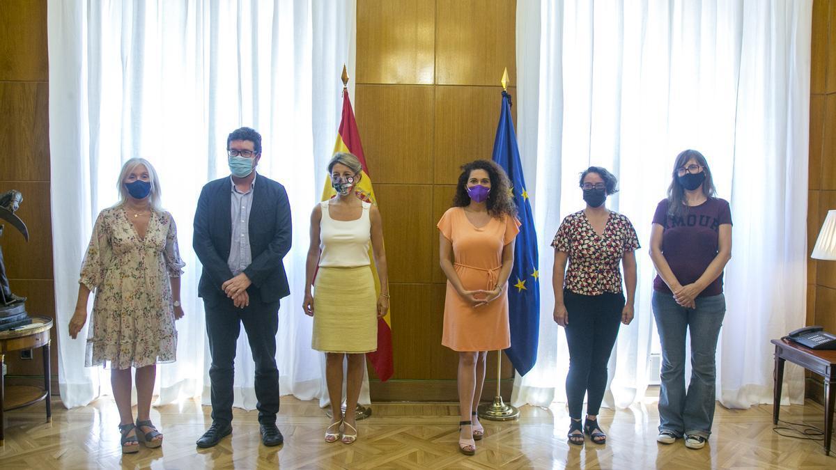 La ministra Yolanda Díaz con integrantes de Jornaleras en Lucha, La Laboratoria y abogadas