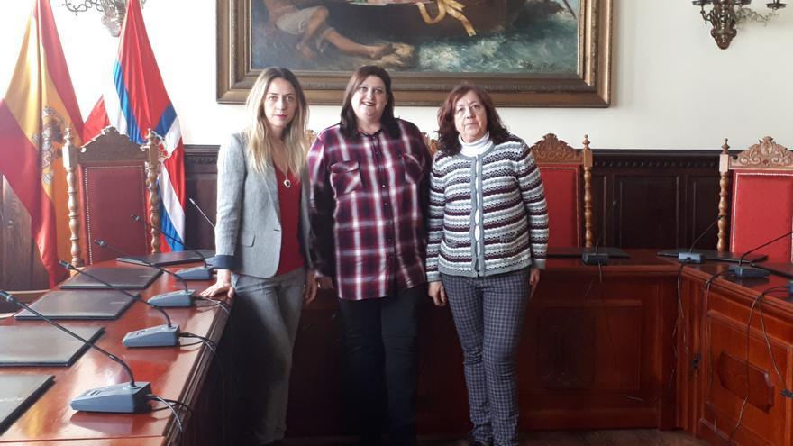 La concejal de Bienestar Social e Igualdad de Oportunidades de Santa Cruz de La Palma, Gazmira Rodríguez  (centro) , con las representantes de la Asociación Ámate Yaiza Moreno  y Virginia López.