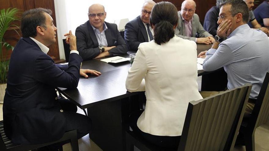 El alcalde de Santa Cruz de Tenerife, José Manuel Bermúdez (i), con el consejero de Presidencia del Gobierno de Canarias, José Miguel Barragán (2i), para tratar sobre la ubicación de la futura Ciudad de la Justicia de Tenerife.