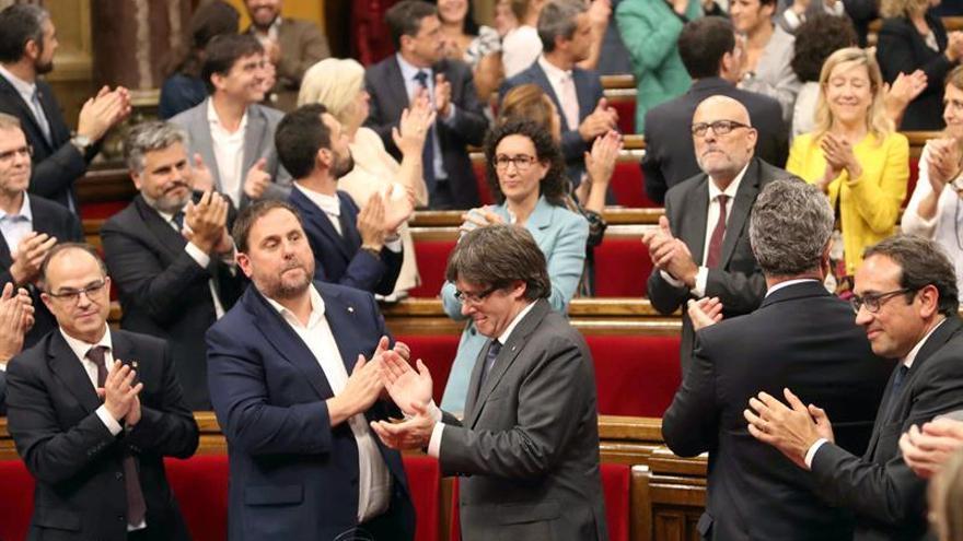 Puigdemont y consellers firman en el Parlament el decreto de convocatoria de 1-O
