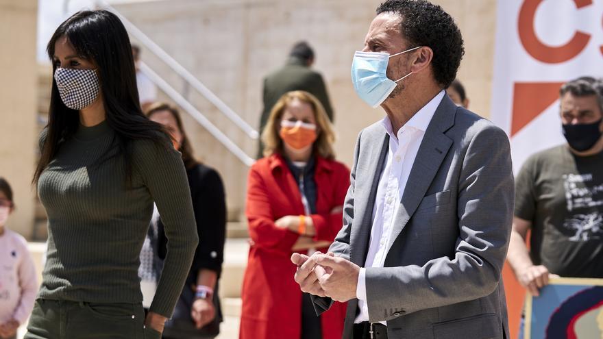 El candidato de Ciudadanos (Cs) a la Presidencia de la Comunidad de Madrid, Edmundo Bal (d), y la vicealcaldesa de Madrid, Begoña Villacís.