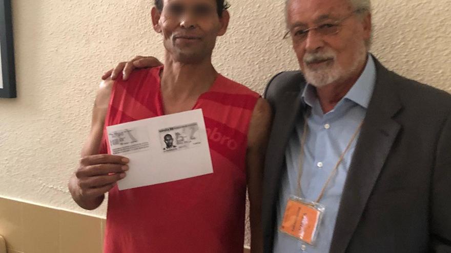 José María, posando con una copia de su documentación el pasado viernes 26 de julio junto a  junto al Defensor del Pueblo Andaluz, Jesús Maeztu, en la cárcel de Morón de la Frontera
