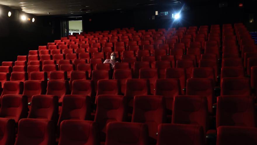 La tercera ola del covid obliga a cerrar decenas de cines en España