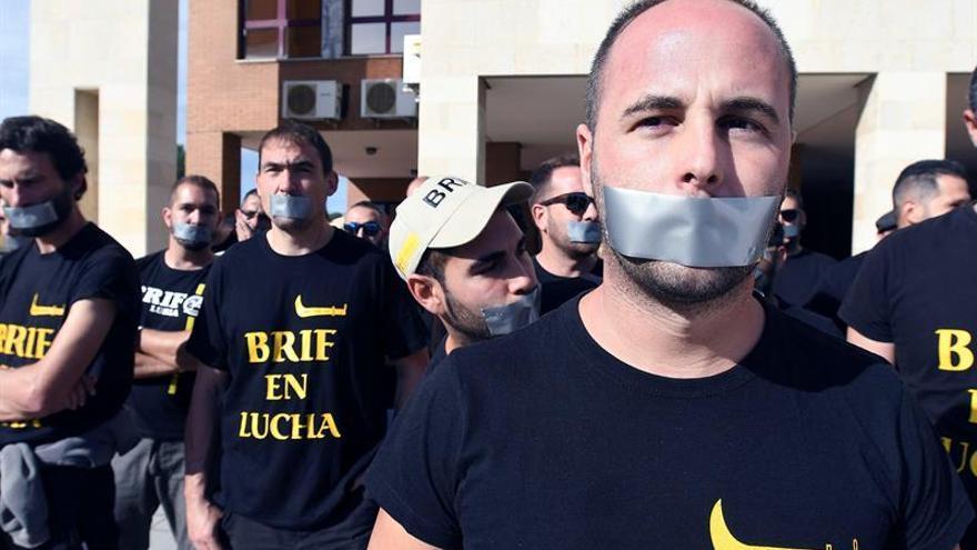 Bomberos, con 'mordaza', protestan por la sanción impuesta a un compañero que habló con la prensa durante el incendio en Gran Canaria