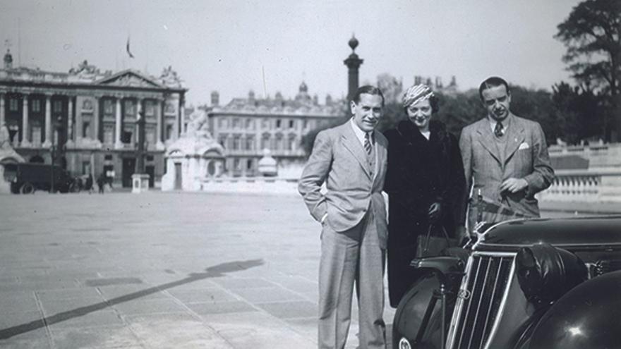 Pedro Urraca junto a su mujer, Hélène, en la plaza de la Concordia de París (Francia).