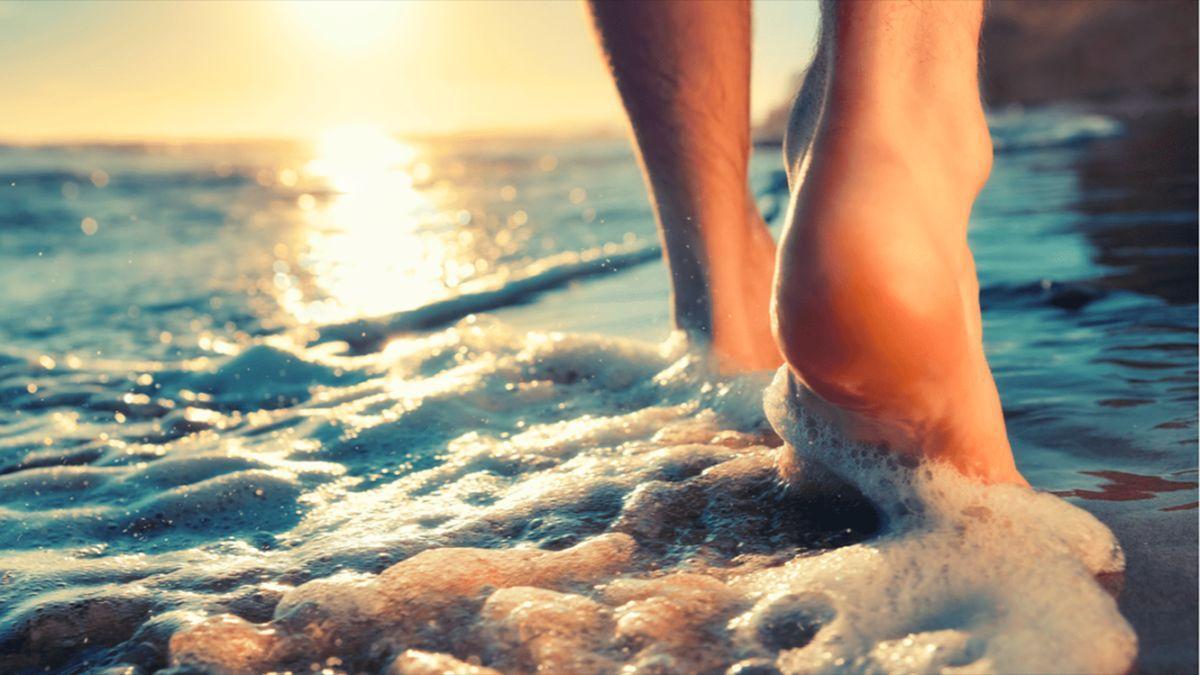 Una persona en la orilla del mar.