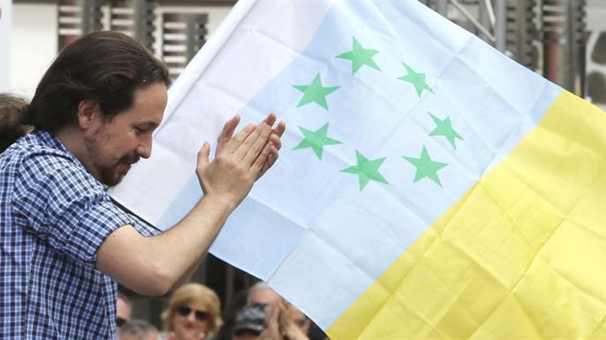 Pablo Iglesias, con la bandera independentista canaria detrás, en un mitin en Las Palmas de Gran Canaria