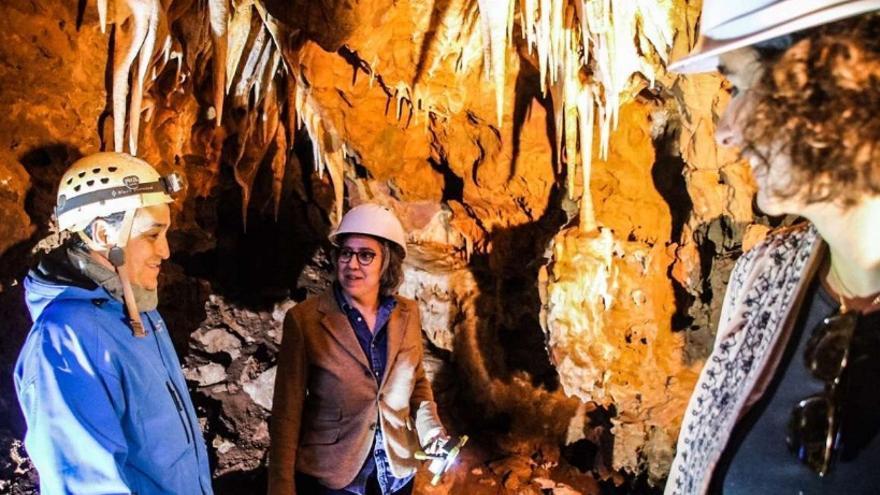 La consejera de Cultura e Igualdad, Leire Iglesias, y la de Economía e Infraestructuras, Olga García, han visitado junto a diferentes medios de comunicación las cuevas halladas la pasada semana en el desarrollo de las obras de la Ronda Sureste de Cáceres
