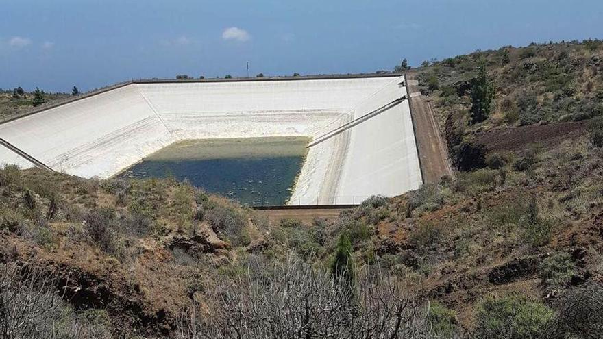 Embalse con poca agua almacenada en la isla de Tenerife