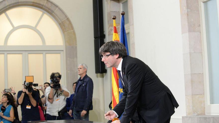 Puigdemont firmando la declaración de independencia