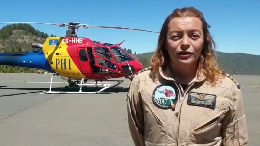 La piloto Marlène Nogueira, al mando del helicóptero PH1, explica los trabajos de extinción del incendio de Gran Canaria