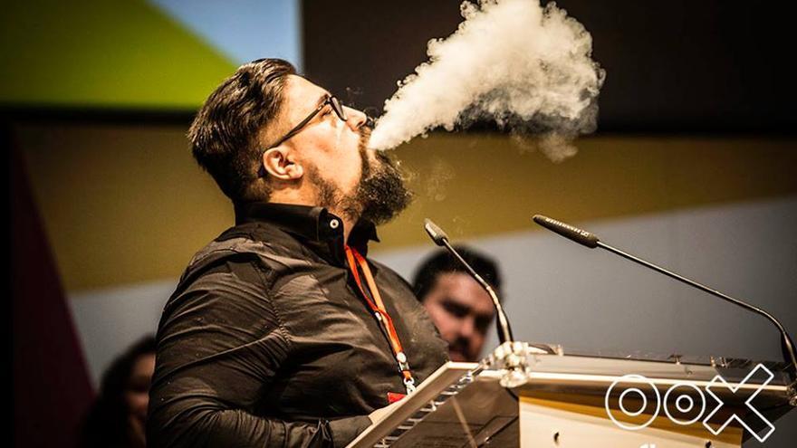 Julio Ruades, vapeando durante la entrega de un premio a su canal de YouTube, El Mono Vapeador