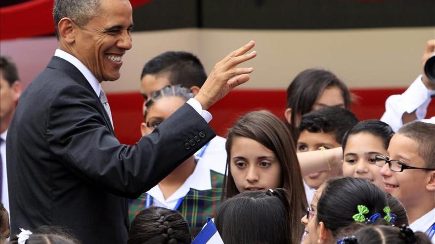 Obama practica su español con un grupo de niños en Costa Rica