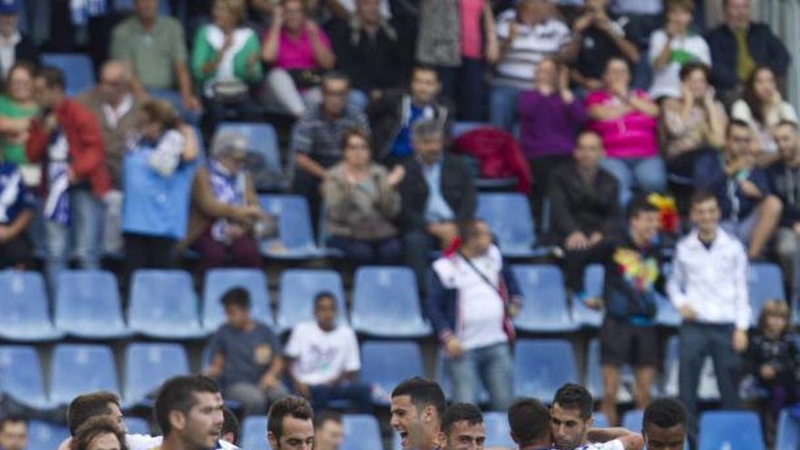 Los jugadores del CD TEnerife celebran uno de los dos goles que anotaron en la victoria blanquiazul frente al Real Jaén. LFP