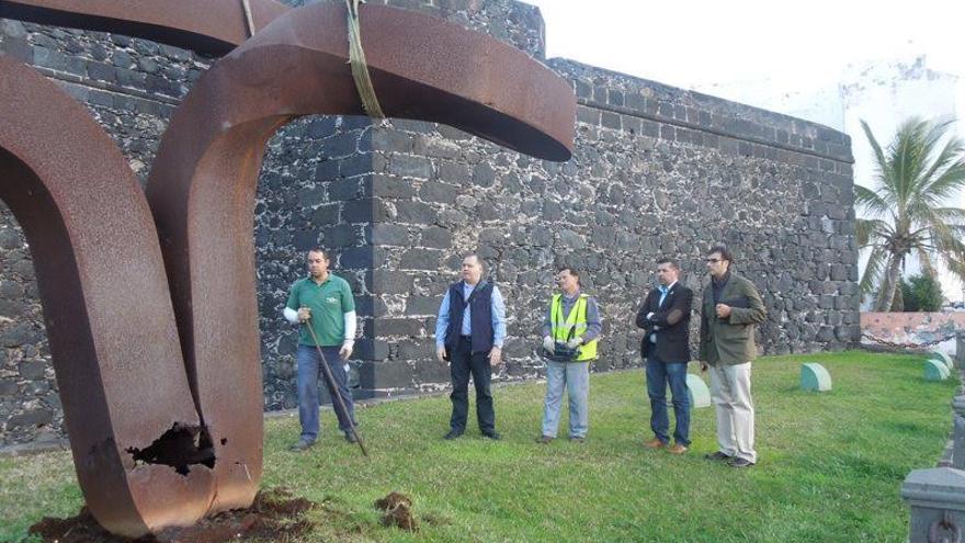 Imagen de archivo de  la retirada de la escultura a principios de 2013 de su emplazamiento en el Castillo de Santa Catalina en la capital palmera debido al mal estado que presentaba.