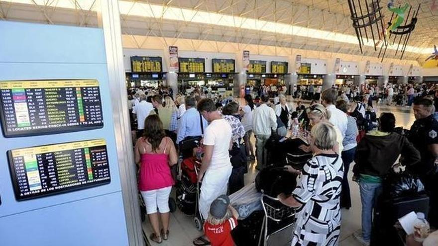 Turistas en la zona de facturación de un aeropuerto internacional, en Canarias