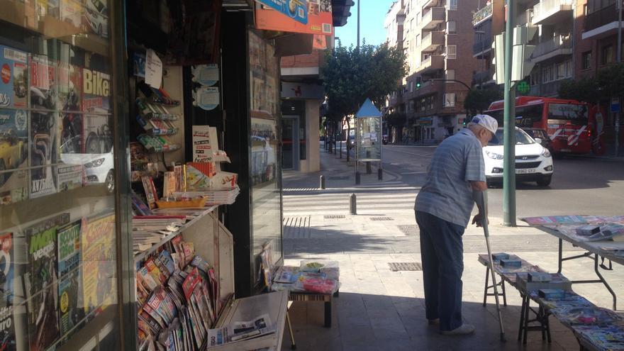 Un cliente curiosea revistas en un quiosco de Murcia
