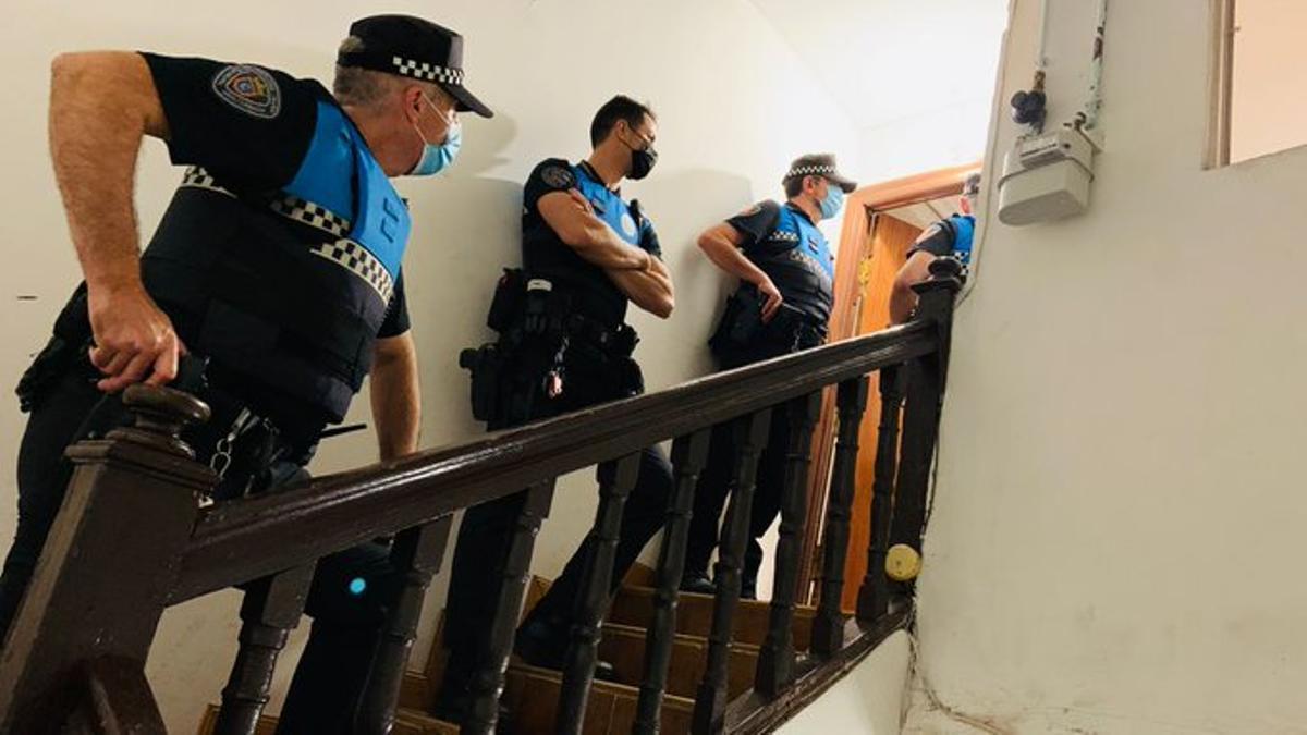 Agentes de la Policía Municipal de Pamplona en una de las intervenciones
