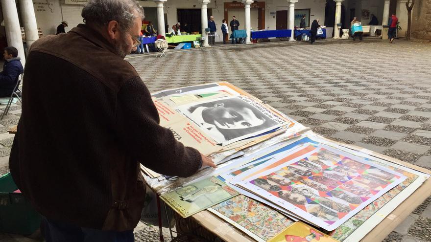 Uno de los comerciantes del mercado enseña su colección de carteles y posters.