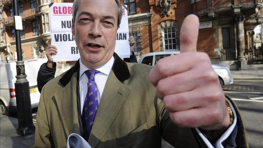 El líder del partido ultraconservador UKIP, Nigel Farange, saluda a su llegada a los estudios de televisión Millbank, en Londres, Reino Unido. / Efe