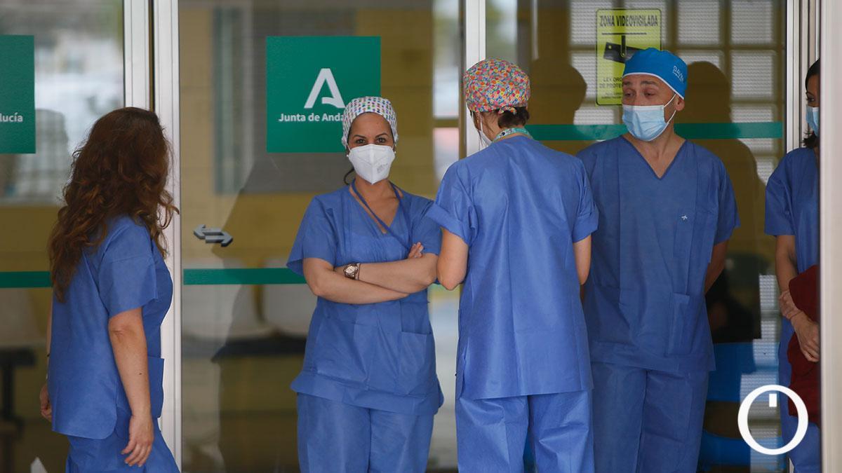 Personal sanitario en el Hospital Reina Sofía.