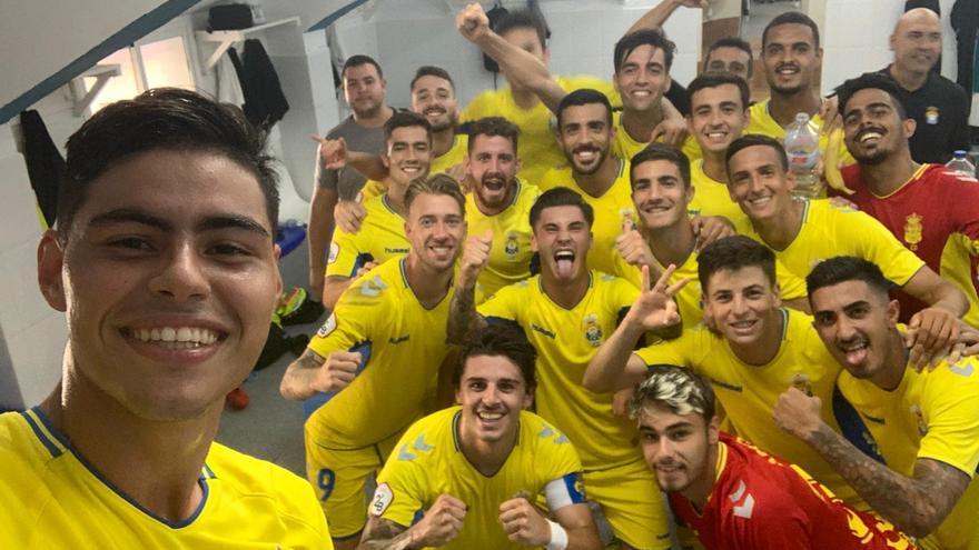Los jugadores del filial amarillo celebran el triunfo frente al Melilla