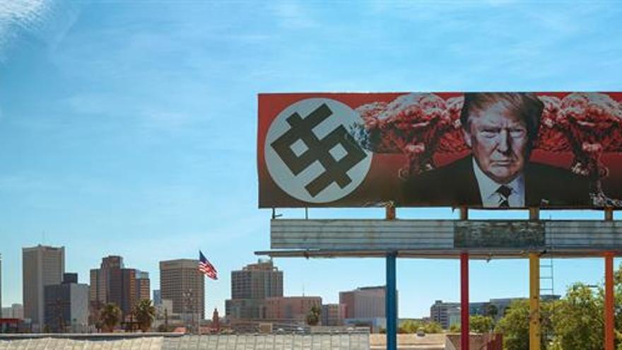 Amenazan a una artista que diseñó una valla publicitaria en contra de Trump