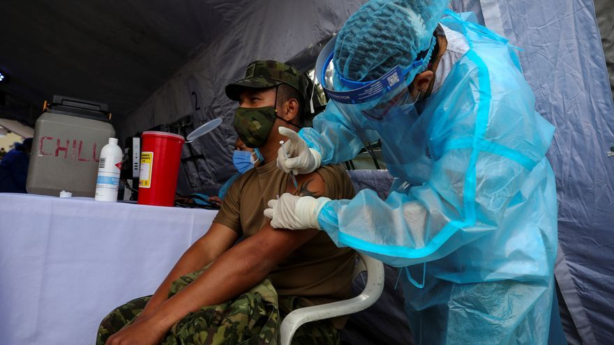 Ecuador quiere superar el caos y ampliar la vacunación a 50.000 personas diarias