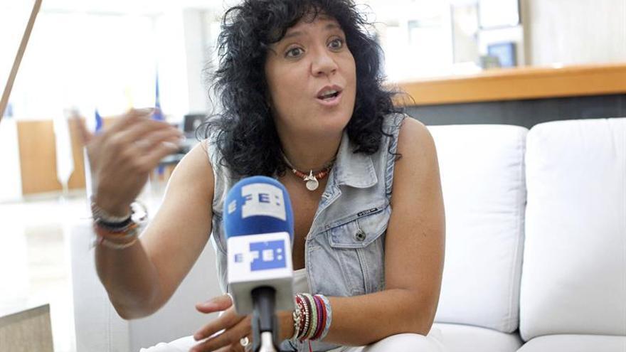 La cantautora lanzaroteña Rosana Arbelo presenta su disco '8 lunas'. EFE/Cristóbal García.