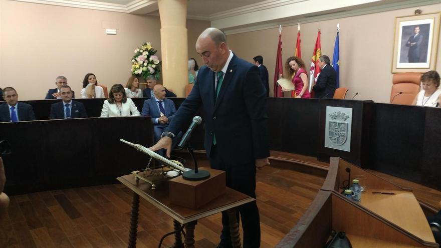 El presidente de la Diputación de Segovia jurando su cargo.