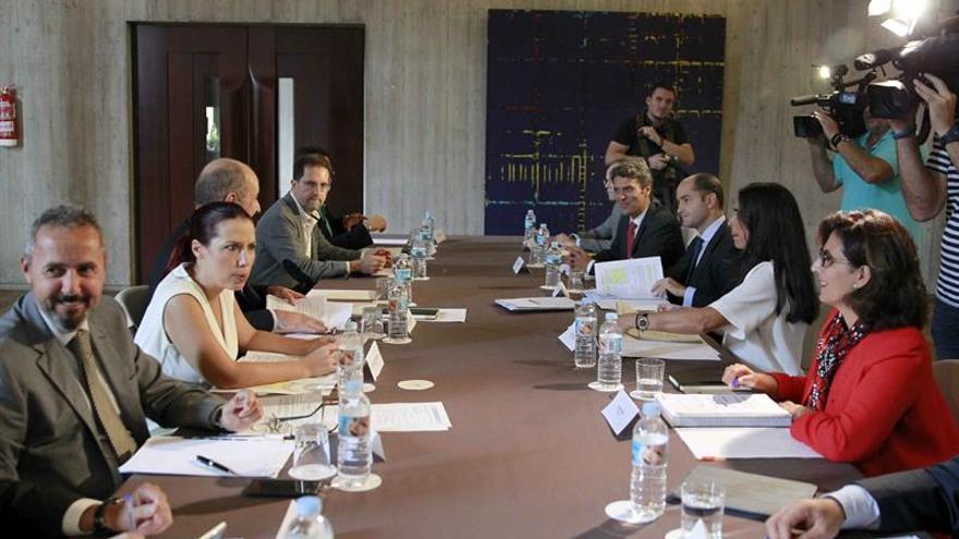 La vicepresidenta del Gobierno de Canarias, Patricia Hernández (2º i), presidió la reunión entre representantes del Gobierno de Canarias y de varios ministerios para continuar negociando la reforma de los aspectos económicos del Régimen Económico y Fiscal (REF). EFE/Cristóbal García