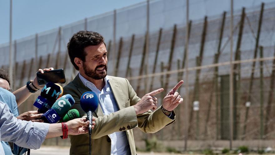 El líder del PP, Pablo Casado, atiende a los medios junto a la valla de Melilla situada entre la frontera de Beni Ensar y la de Barrio Chino. En Melilla, a 14 de julio de 2021.
