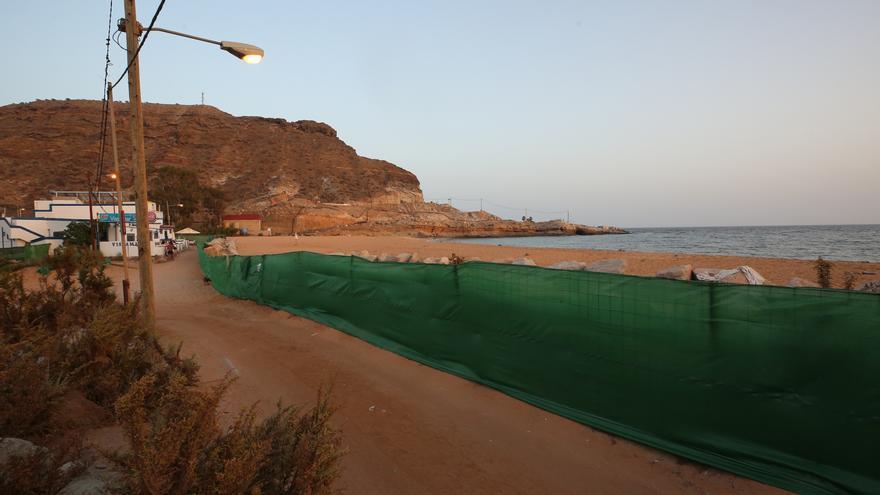 """Los vecinos quitan la valla que impide el paso a la playa de Tauro: """"Debe estar abierta al público"""""""
