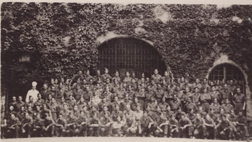 Todos los integrantes de Airedale, en la abadía de Rotschild