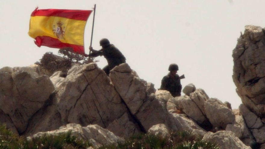 Militares españoles colocan la bandera española en el peñon durante la crisis del Perejil/Gtres/AP