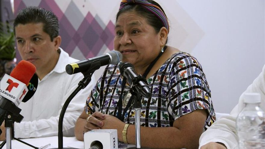 Menchú llama a padres de 43 desaparecidos en México a preservar su memoria
