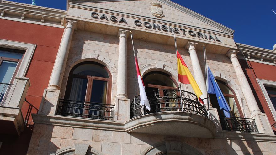 Ayuntamiento de Valdepeñas con banderas a media asta