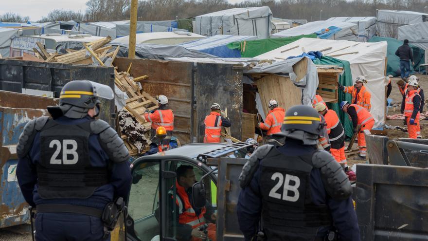 La policía desaloja a los refugiados instalados en la Jungla de Calais.