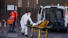 Un equipo de sanitarios traslada a un paciente.